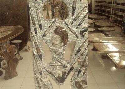 Statue avec des inserts fossiles