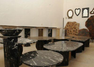 Vari tavoli in marmo con fossili